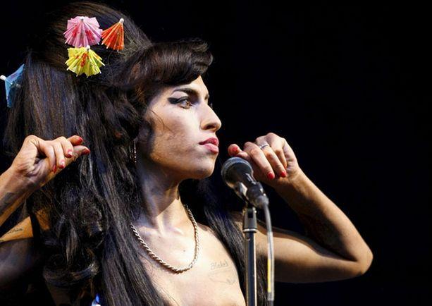 Amy Winehousen Glastonburyn-keikasta ei puuttunut dramatiikkaa.