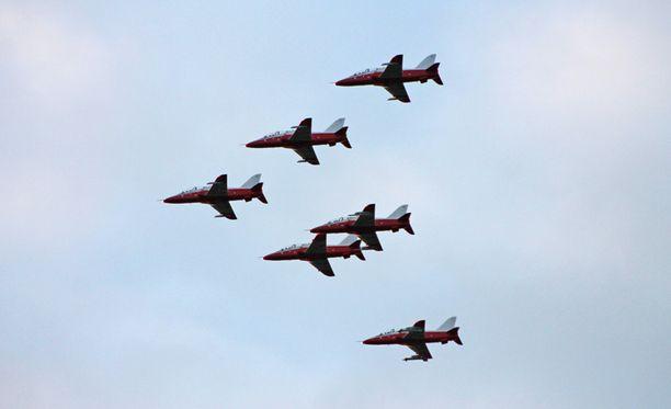 Sveitsistä hankitut punavalkoiset Hawk-suihkuharjoitushävittäjät lensivät viimeisen kerran pois Lentosotakoulusta Kauhavalta. Lentosotakoulu lakkautetaan puolustusvoimauudistuksen myötä.