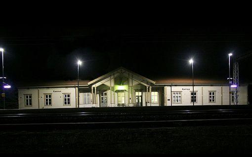 Mies löytyi kuolleena junaradan varrelta - Vangituilla sama sukunimi: Mitä Kannuksen tragediassa tapahtui?