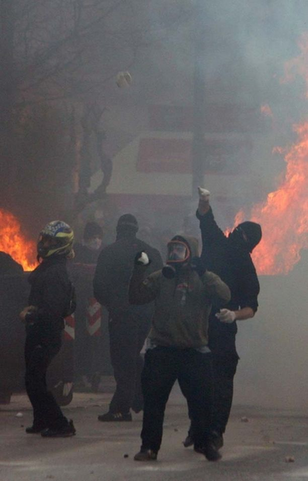 Mellakkajoukot ovat sytyttäneet tulipaloja ja heittäneet poliiseja kivillä.