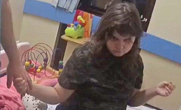 Tytön iäksi on arvioitu noin 14 vuotta. Hän ei ole puhunut sanaakaan löytämisensä jälkeen.
