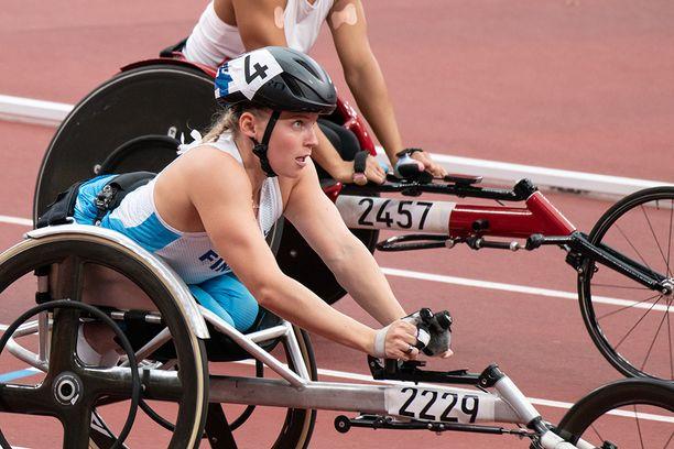 Amanda Kotaja kelasi paralympiahopeaa. Kyseessä oli urheilijan ensimmäinen paralympiamitali.