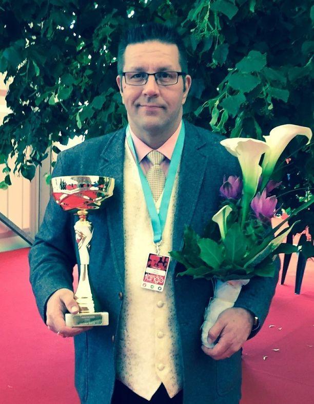 Vuonna 2015 Jarmo Pellinen voitti Tangoseniori-kilpailun laulamalla tangon Satu ruskeista silmistä. Tuomaristo palkitsi hänet korkeimmilla mahdollisilla pisteillä eli 50 pisteellä.