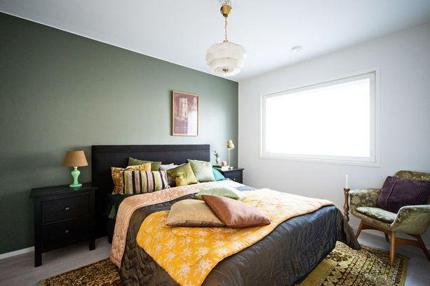 Vanhempien makuuhuoneessa on väriä ja tunnelmaa.