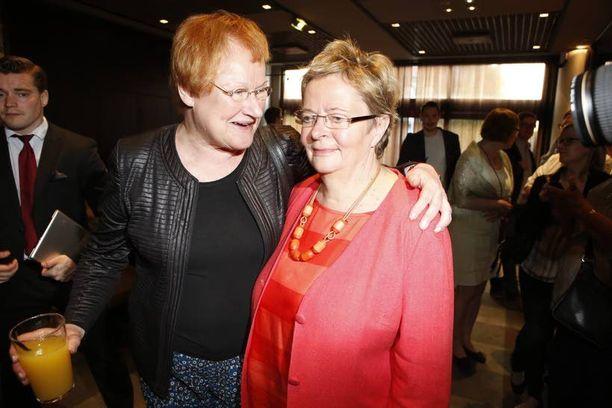 Nuorekkaassa nahkatakissa edustanut presidentti Tarja Halonen juhli naisten menestystä. Lasissa oli vain tuoremehua.