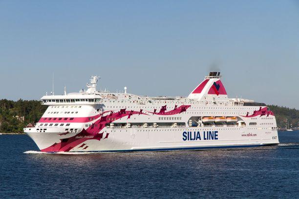 Aiemmin sunnuntaina tehtiin uhkaus, jonka vuoksi poliisi turvasi Baltic Princess -laivan saapumisen satamaan.
