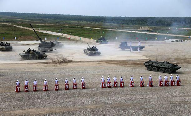 Venäjän puolustusministeriö julkaisi kuvia venäläisistä tankeista ja muusta sotakalustosta heinäkuun lopussa Army Games -kilpailusta Alabinosta.