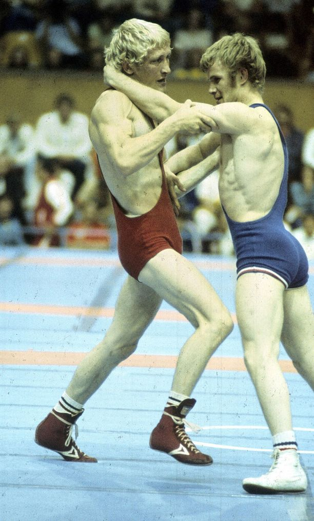 Pertti Ukkola (vas.) paini olympiakultaa vuonna 1976 Montrealissa.
