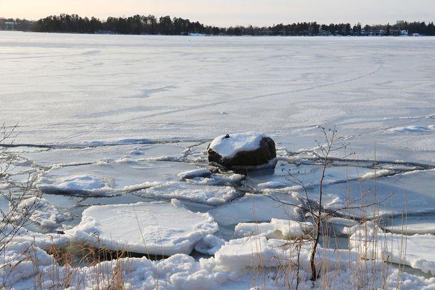 Lumipeite saattaa vaikeuttaa heikkojen jäiden näkemistä. Kuvituskuva Helsingistä.