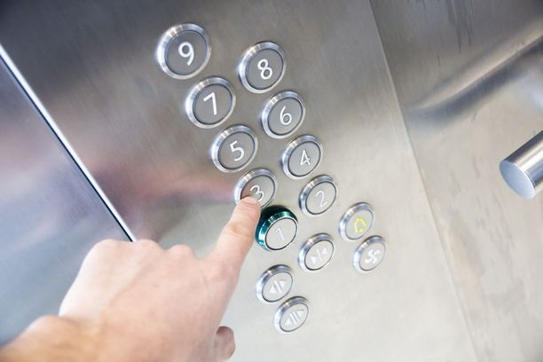 Pese kädet sen jälkeen, kun olet painanut hissin nappuloita.