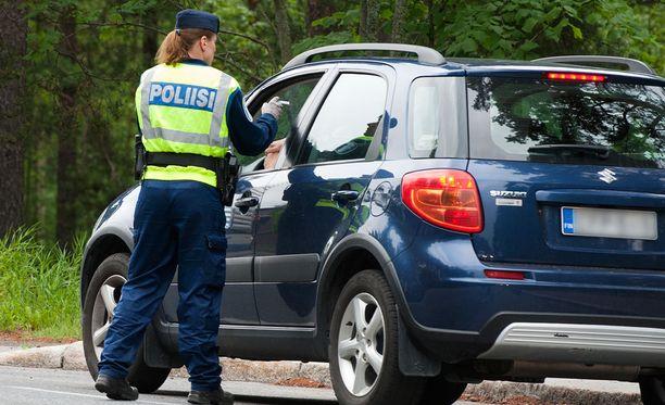 Marraskuun puolivälissä rekisteriotteen ykkösosaa ei tarvitse enää pitää autoissa, mopoissa tai traktoreissa mukana ajon aikana.