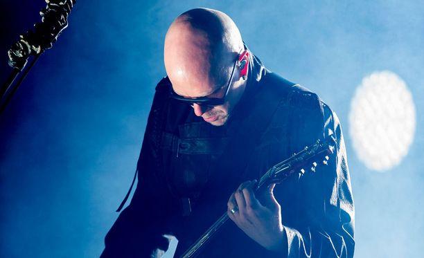 Toni Wirtanen ja Apulanta esittivät Jarkko Niemiselle Valot pimeyksien reunoilla -kappaleensa.