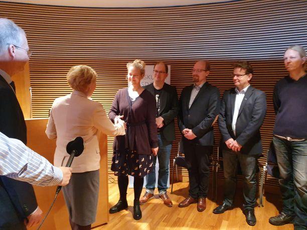 Ympäristöjärjestöjen edustajat luovuttivat aloitteen eduskunnalle. Aloitteen luovutti Greenpeacen maajohtaja Sini Harkki.
