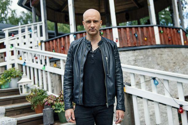 Herra Ylppö tunnetaan koskettavista sanoituksistaan. Hän tuli tunnetuksi Maj Karma -yhtyeen myötä 1990-luvulla.