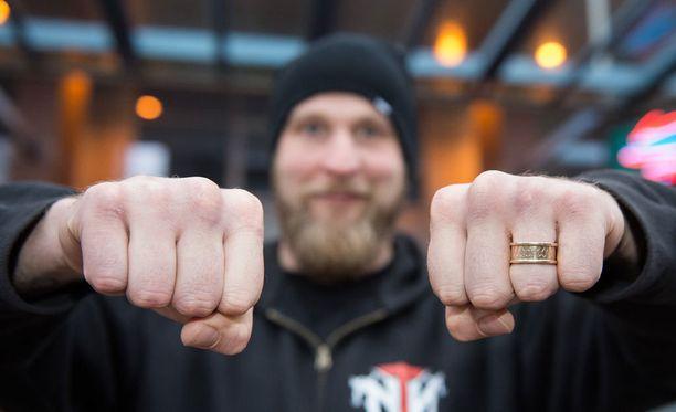 Robert Helenius esitteli sunnuntaina nyrkkejään, jotka kestivät hyvin 12 erää moukarointia EM-titteliottelussa.