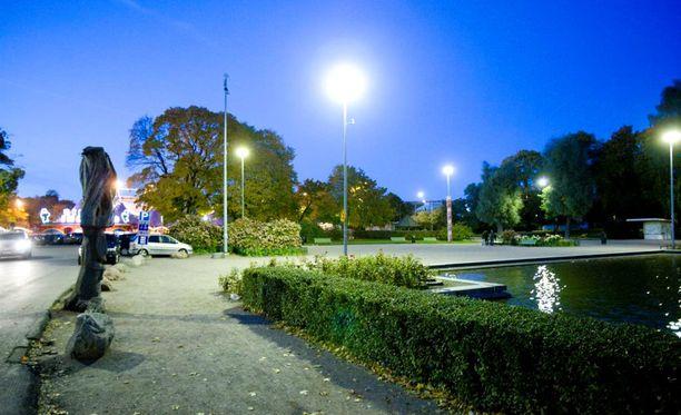 Teko tapahtui Kaisaniemen puistossa Helsingin keskustassa.
