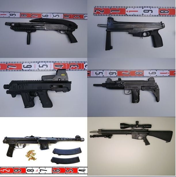 United Brotherhoodin aseistus on ollut raskasta. Nämä aseet olivat peräisin Pohjois-Karjalasta.