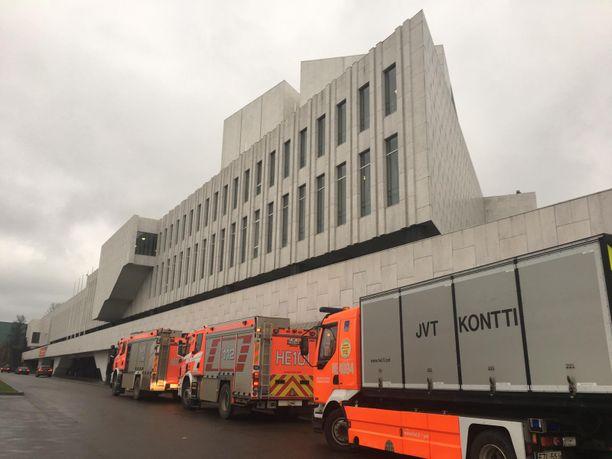 Pelastusyksikkö selvitti Finlandia-talon hälytystä usean yksikön voimin.