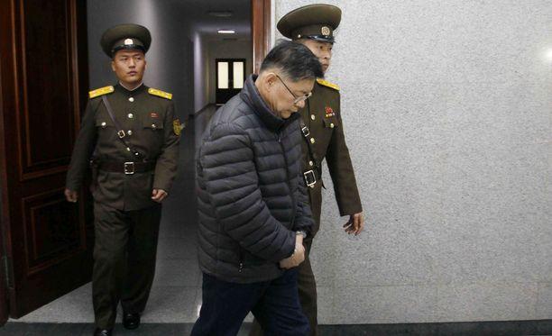 Torontolaispappi Hyeon Soo Lim matkalla kuulemaan tuomionsa Pjongjangissa joulukuussa 2015.