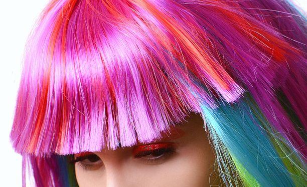 Kaksi lukiolaistyttöä erotettiin pinkin hiusvärin takia Venäjällä. Kuvituskuva.