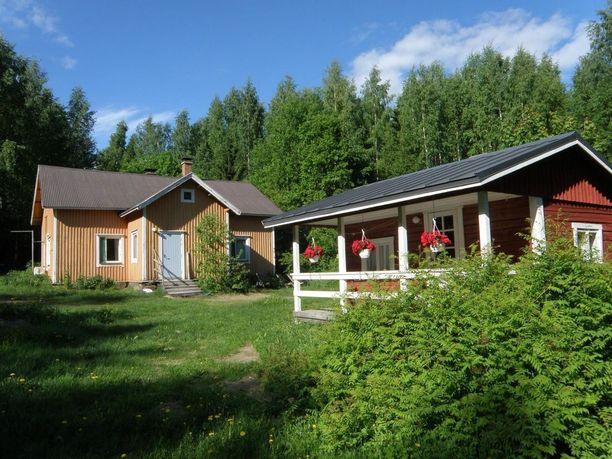 Tuusniemen kohteesta löytyy iso tupa, kaksi makuuhuonetta, pesuhuone ja eteinen. Tilaa talossa on 77 neliötä ja pihalta löytyy vuonna 2004 rakennettu sauna. Kohteen pyyntihinta on 38 000 euroa.