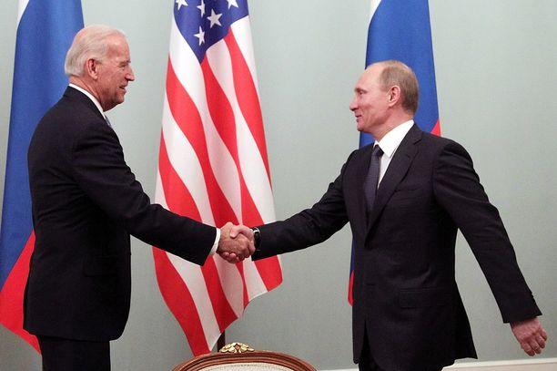 Joe Biden ja Vladimir Putin ovat vanhoja tuttuja. Kuva Moskovasta vuodelta 2011.