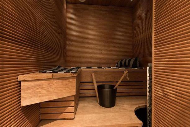 Ensi vilkaisulla tämä sauna näyttää perinteiseltä mutta uutta jujua siihen tuovat sormipaneeliseinät.