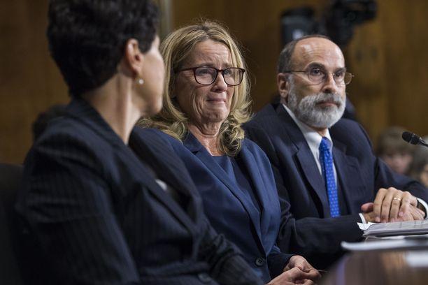 Christine Blasey Ford (kesk.) antoi todistuksensa senaatissa viime viikolla.