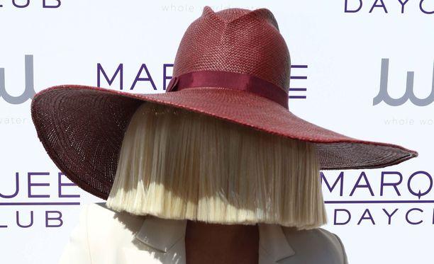 Julkisuudessa Sia liikkuu usein kasvot piilossa.