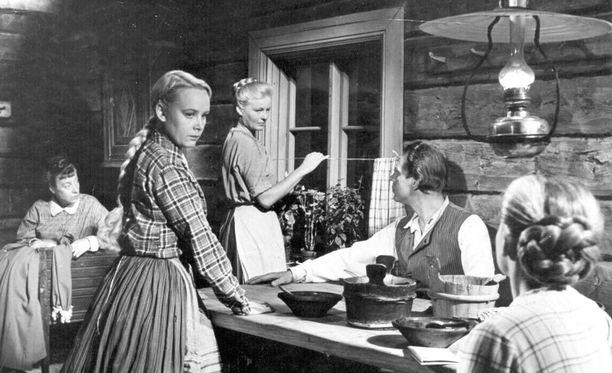 Kuva vuodelta 1946 elokuvasta Loviisa, Niskavuoren nuori emäntä. Niskavuori-näytelmäsarja on tunnettu vahvoista naisista.