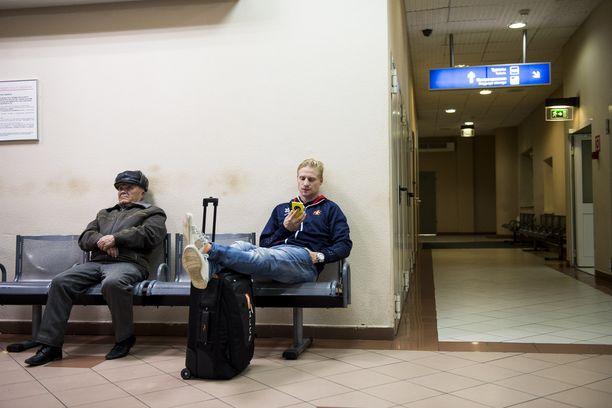 JOUTILAISUUS KHL-matkustaminen on odottelua, jolloin puhelin on ystävä, kuten Niko Kapasella.