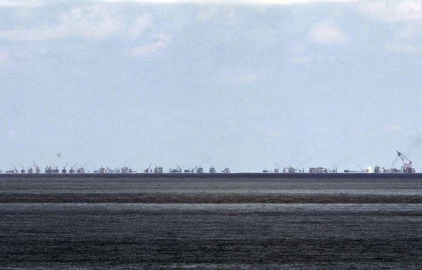 Kiina on rahdannut valtavan määrän kalustoa joillekin riutoille ja särkille, joista se laajentaa tukikohtia sotilaskäyttöön.