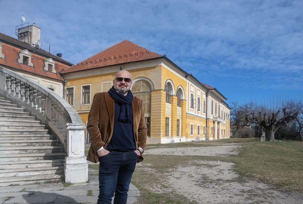 Budapestissa antiikki- ja taidegalleriaa pitävä Ari Kupsus isännöi ja kunnostaa 300 vuotta vanhaa linnaa pienessä Iska Pyhän Yrjön kylässä Unkarissa.