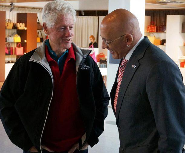Bill Clinton ja Yhdysvaltain Suomen-suurlähettiläs vaihtoivat kuulumisia Helsinki-Vantaalla.