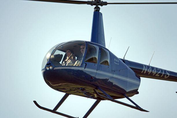 Gisele Bündchen ohjaa helikopteria.