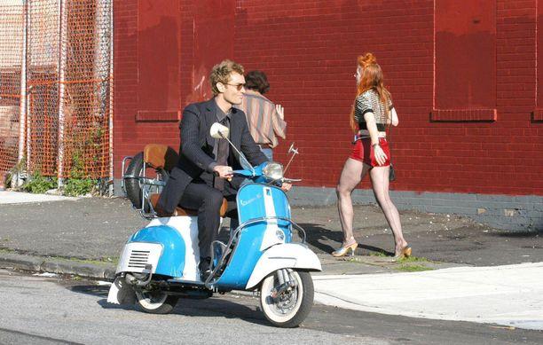 Näyttelijä Jude Law ajeli Vespalla elokuvasa Alfie.