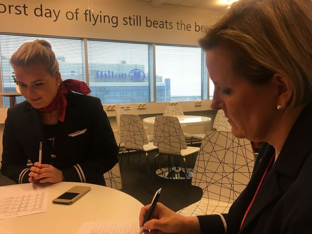 Anette Tervasmaa ja Marja-Terttu Ojala-Saadaoui lentoa edeltävässä briefingissä.