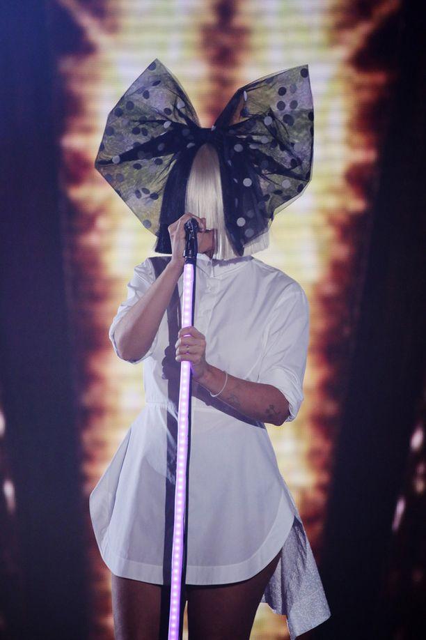 Sia toissa viikolla X Factor -televisiolaulukisan esiintymisessään.
