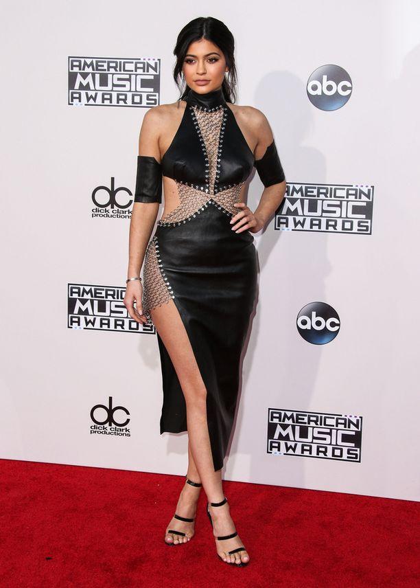 Kylie Jenner edusti American Music Awardseissa nahkaisessa mekossa.
