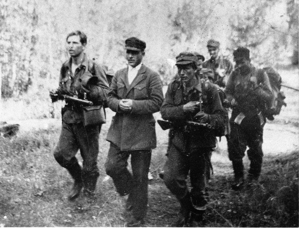 Suokkaan partio otti välillä siviilivangin kuulusteltavaksi. Vasemmalta Viljo Kananen, Mikko Pöllä, kuulusteltavana ollut autonkuljettaja, Viljo Suokas ja Eero Rusi.