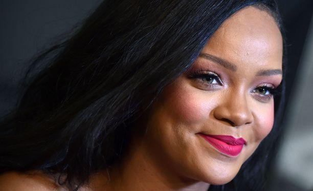 Rihanna on nuorin artisti, jolla on ollut 14 ykköshittiä Yhdysvalloissa. Näitä ovat muun muassa SOS, Umbrella, Take a Bow ja Disturbia.