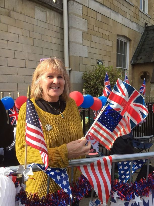 Monilla on mukanaan erilaisia lippuja ja fanitavaroita.