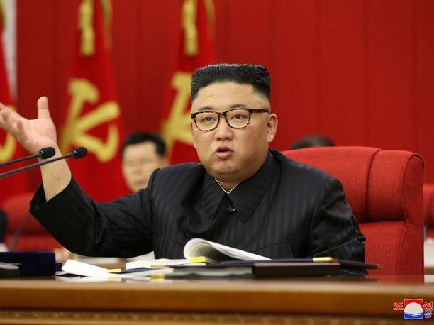 Pohjois-Korean johtaja Kim Jong-un esiintyy aiempaa hoikempana Pohjois-Korean työväenpuolueen keskuskomitean kokouksessa 15. kesäkuuta.