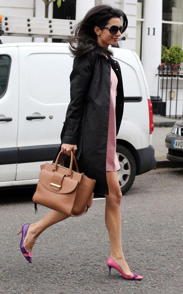 Amal Clooneyn on nähty usein kantavan nimikkolaukkuaan.