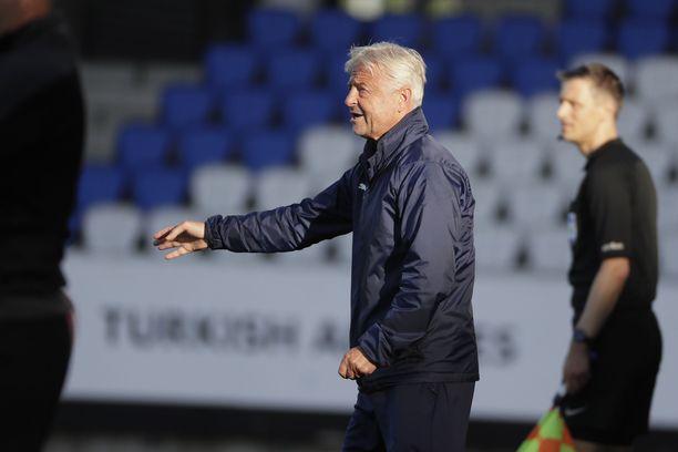 KuPS:n päävalmentaja Arne Erlandsenilla riittää mietittävää. Molde jyräsi KuPS:n 5–0.