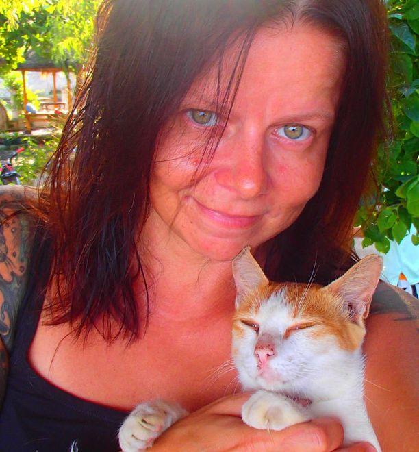 Susanna ihastui pieneen Gili Trawanganin saareen ja jäi sinne asumaan. Sylissä Pirkko, yksi Susannan kuntoon hoivaamista kissoista.