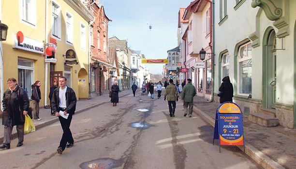 RAVINTOLAKULTTUURIA Viron kesäpääkaupungissa Pärnussa suomalaiset asiakkaat herättävät sekä hilpeyttä että närää pihiydellään ja suomen solkkaamisellaan.