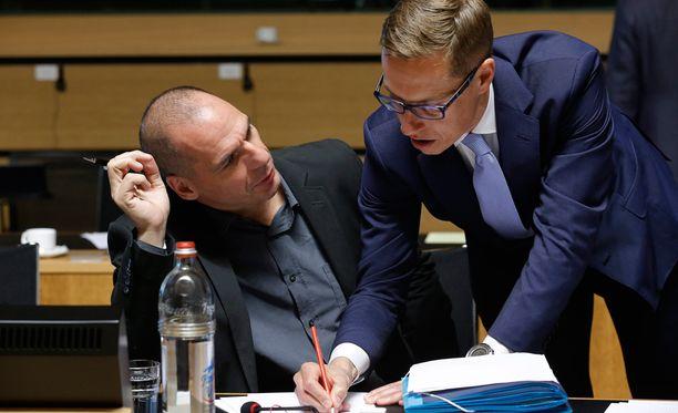 Valtiovarainministeri Alexander Stubb (kok) tekee muistiinpanon Kreikan entisen valtiovarainministeri Gianis Varoufakisin paikalla. Kuva otettu Luxemburgissa 19. päivä.