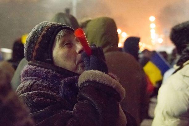 Romanialaiset olivat kerääntyneet aukiolle kylmästä säästä huolimatta.
