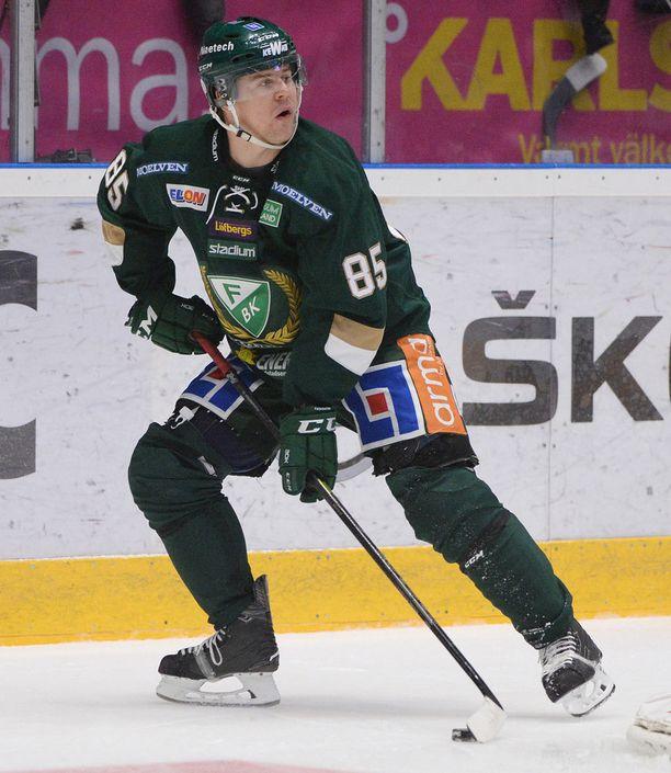 Micke Johansson taituroi melkoisen lyhyellä kepillä. Kuva viime kauden SHL-ottelusta.